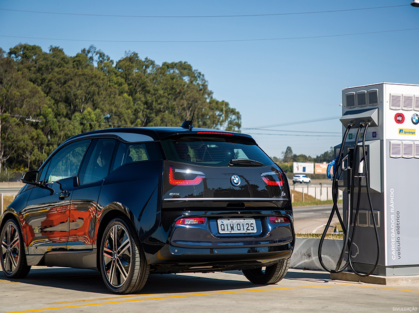 Em parceria com a Ipiranga e a empresa de energia EDP, a BMW tem implementado pontos de recarga elétrica em rodovias brasileiras